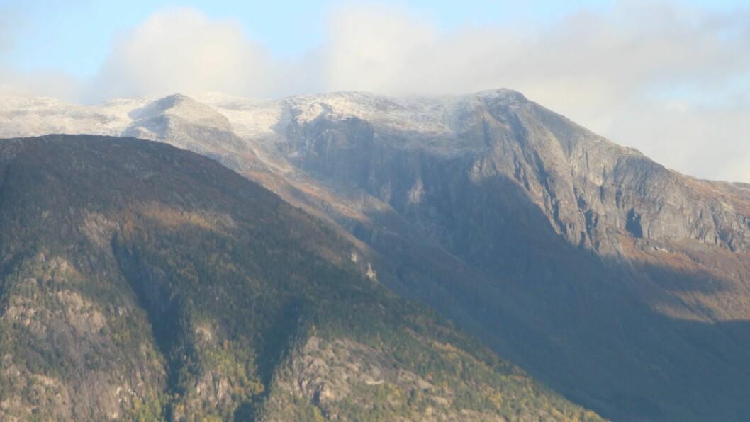 SNØ: Det var kvitt i fjella over Lånefjorden søndag.