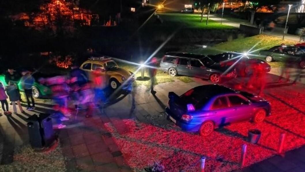STEMNING: Bilane og belysinga var med å sette stemninga for kveldens syning av Børning 3, ein norsk rånefilm