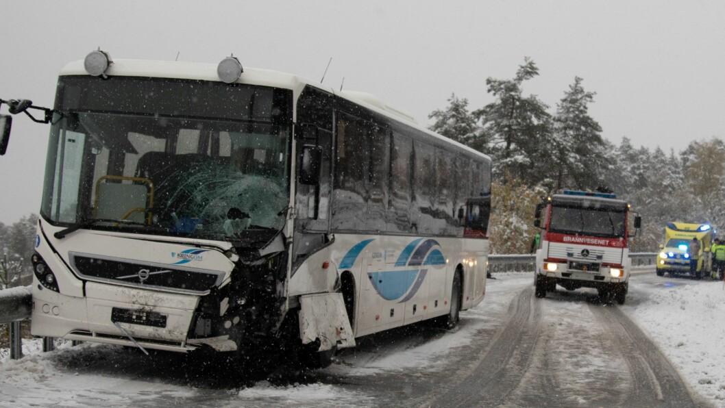MATERIELLE SKADAR: Bussen har pådrege seg store skadar som følgje av ulukka.