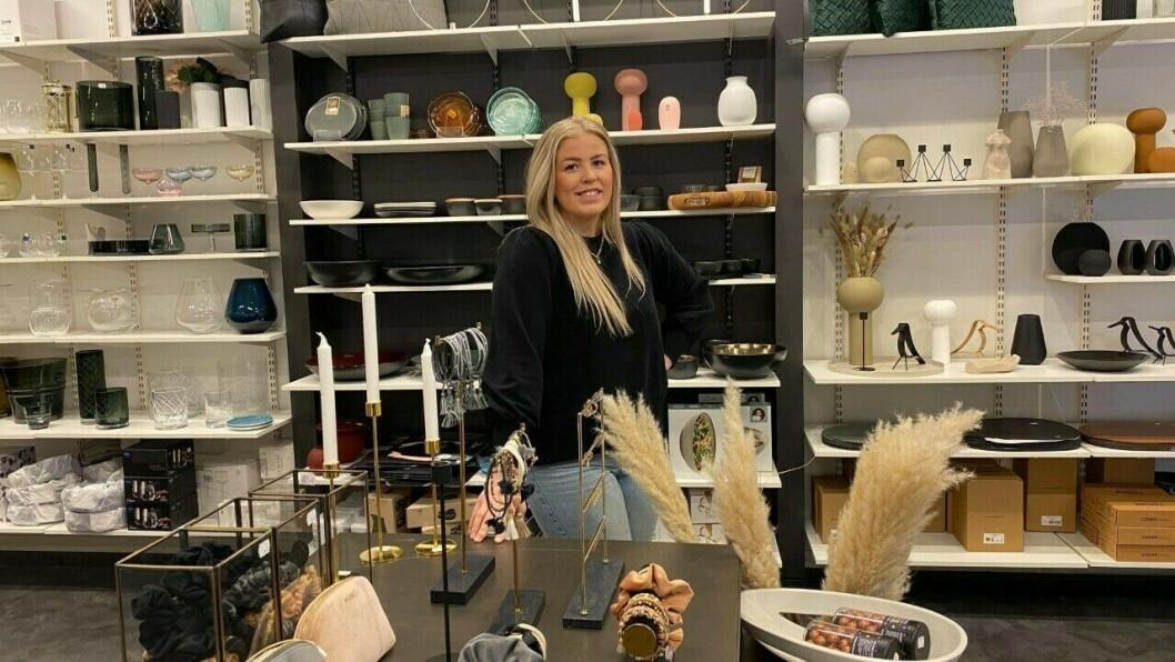 SATSAR: Malin Låksrud Øyre arbeider hardt med ny nettbutikk til Gaveriet i Årdal.