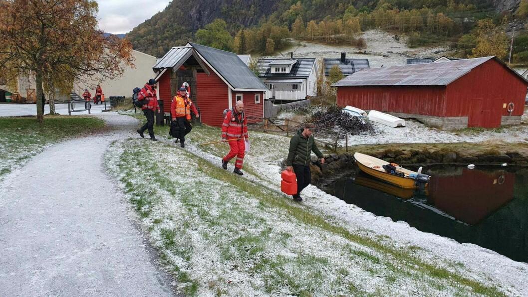 HELD FRAM: Frivillige frå Røde Kors held fram søket etter sakna Christoffer Lysne Elgåen.