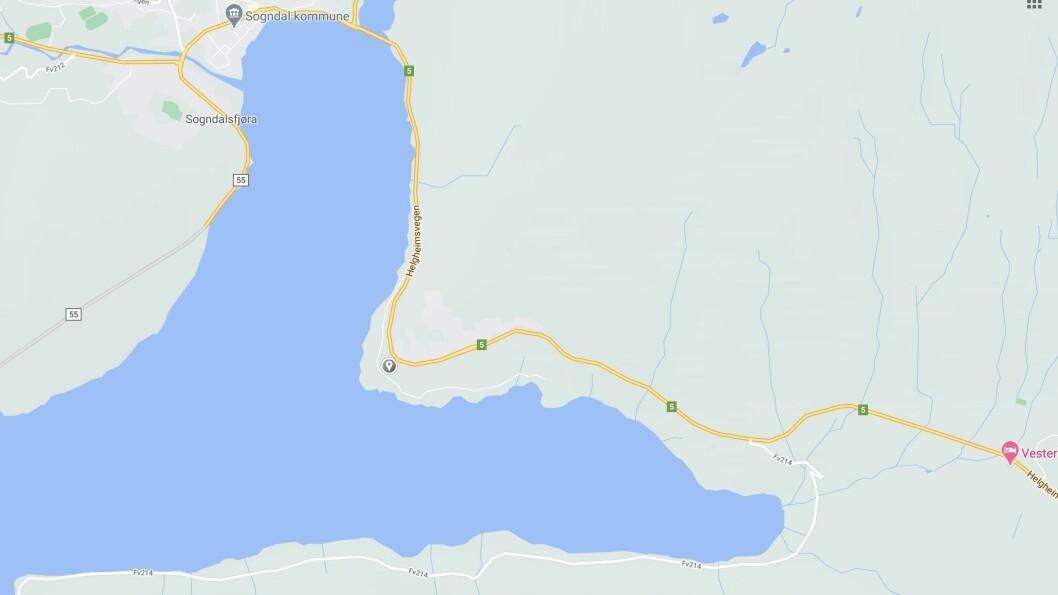 UHELL: To bilar kolliderte torsdag på Kjørnes mellom Kaupanger og Sogndal.