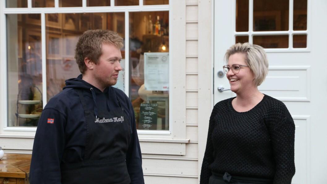 NYTILSETT: Tommy Avsnes er nytilsett kokk. Her samman med dagleg leiar Marita Mossestad.
