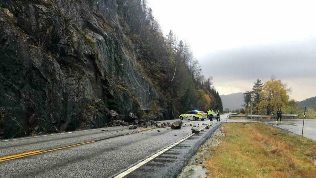 RASET: Steinen har kome ned rett ved kontrollstasjonen til Statens Vegvesen. Dette gjer at trafikken kan dirigerast forbi.