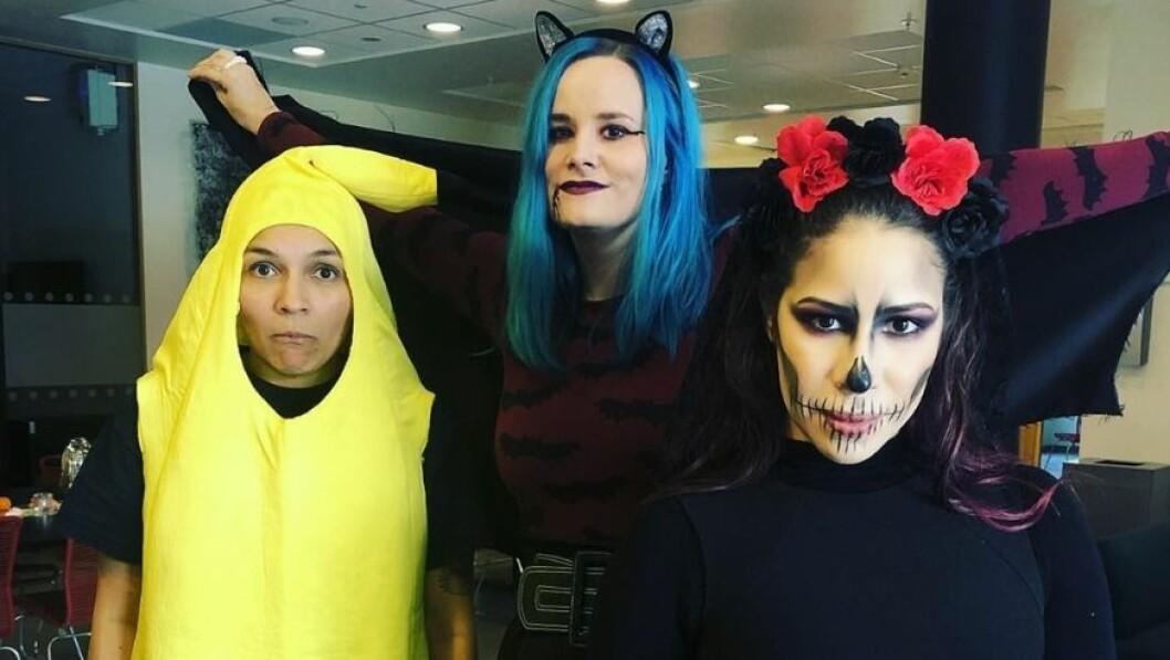 SKUMMEL TRIO: Denne fargerike trioen var blant dei som gjorde in skikkeleg innsats for at utkledninga skulle vera på stell til Halloween i fjor.
