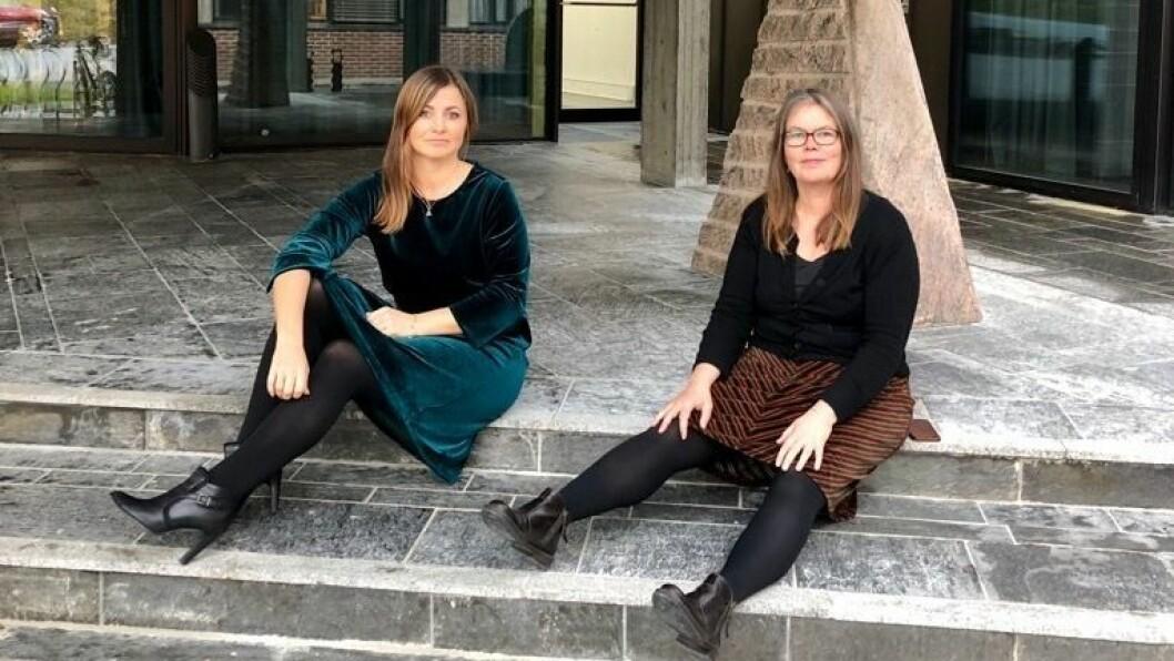 MARKERTE STØTTE: Henny-Kristin Navarsete (Ap) og Vibeke Johnsen (SV) kledde seg i velur på torsdagens formannska for å markera standpunkt i kjoledebatten.