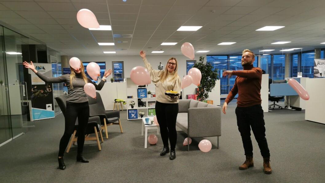 FULL JUBEL: Det var full jubel på kontoret då beskjeden kom. Frå venstre: Synne Asheim Haga, Kristine Haglund og Ola Weel Skram.