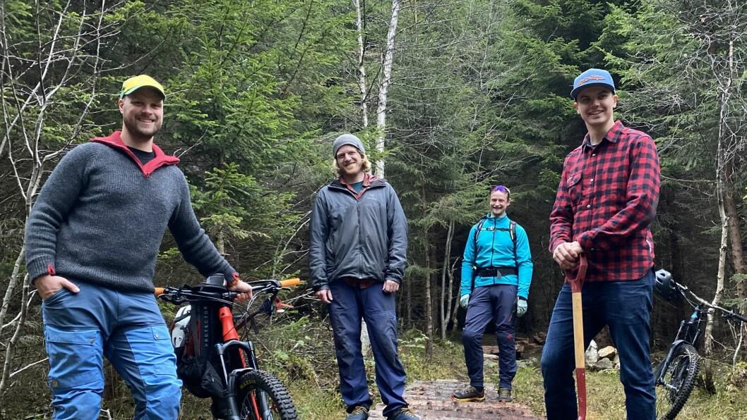 GJENGEN: Frå venstre - Erlend Ese, Kristian Larsen, Lars Kristian Fauske og Eirik Andre Robertsen har stått på i skogen i Seimsdalen.