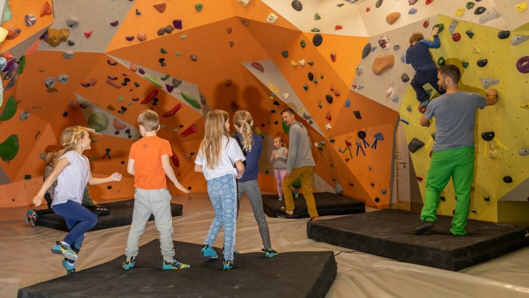 STAS: Tysdag var opningsdag for dei yngste klatrarane i det nye buldrerommet i Høyanger.