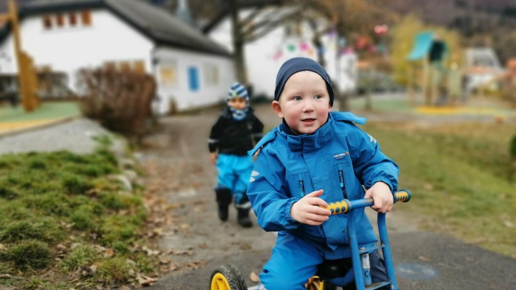 PASSAR PÅ: Sigurd (4) er lidenskapeleg opptatt av å halde basseluskane vekke frå barnehagen. Han er ikkje den einaste.