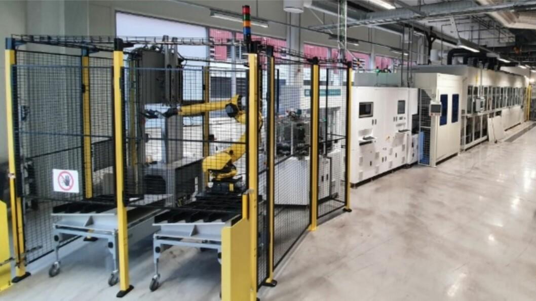 INVESTERER: Norsun har store planar for fabrikken i Årdal. Her er den nye waferlinje med robotpakkar.