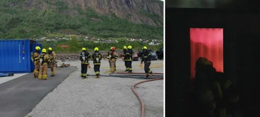 Brannvesenet øver to veker til ende: – Får øvd på både slukke- og søksteknikk
