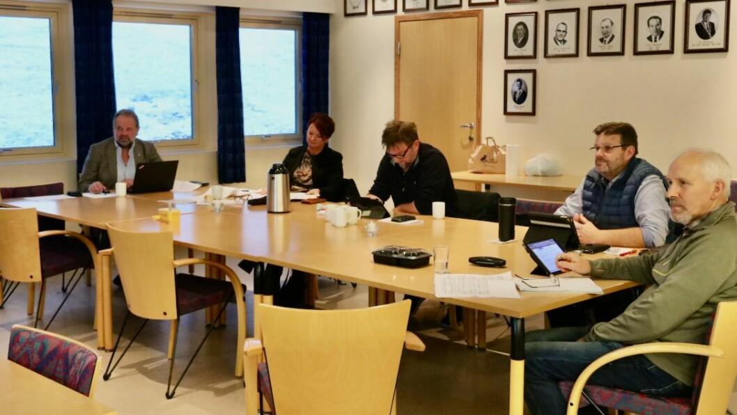 SAMDE: Formannskapet i Gulen er samde om at dei ønskjer å halde fram drifta av Dalsøyra barnehage. Frå venstre: Ordførar Hallvard Oppedal (Sp), Kristin Margrete Byrknes (Sp), Ivar Eide (H), varaordførar Odd Harald Eide (Ap) og Ingolf Wergeland (KrF).
