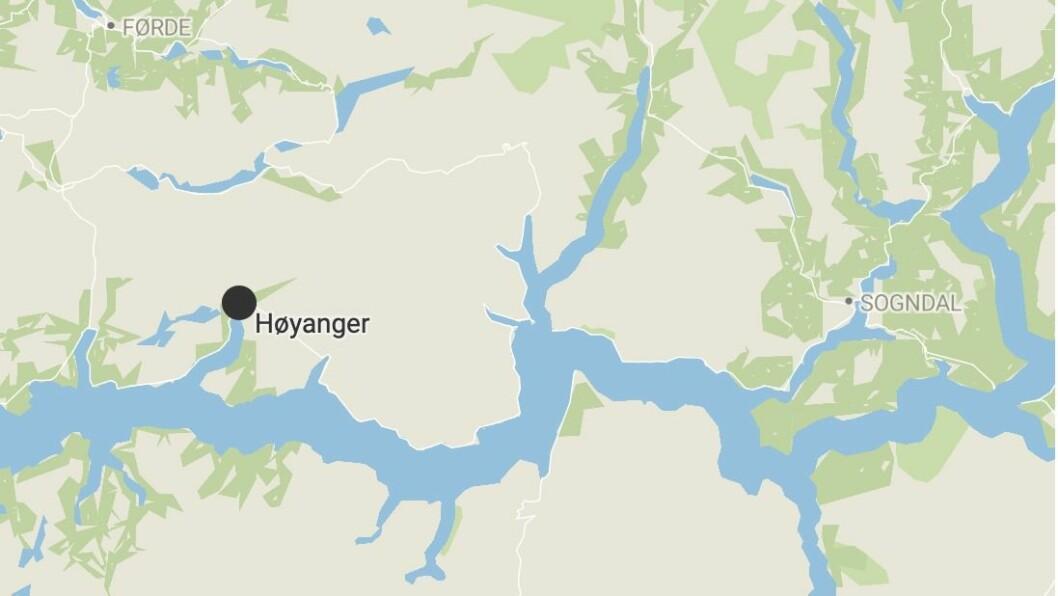 BILEN: Bilen var funnen i grøfta i Høyanger. Føraren var ikkje å finne.