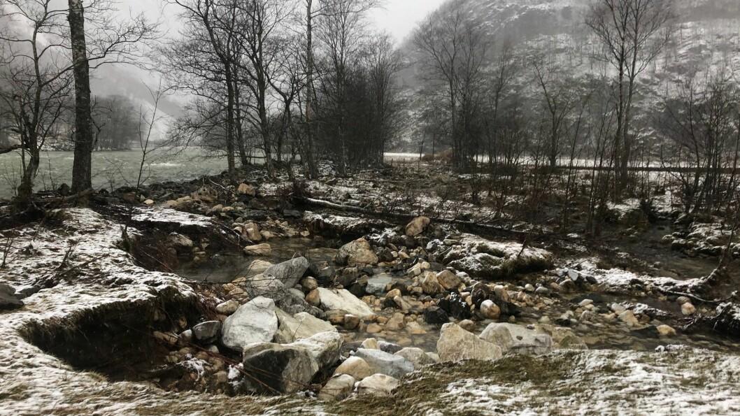 TATT MED SEG VEGEN: Brannsjef Reinart Sørensen var i Hylland for å sjå på skadene etter uvêret.
