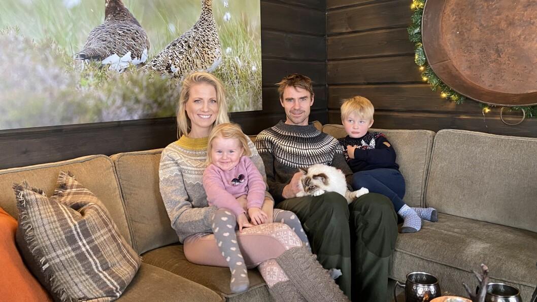 FAMILIEN: Benedicte Elisabeth Stedje og Jon Olav Stedje saman med ungane Anna, Sondre og katten Mio.