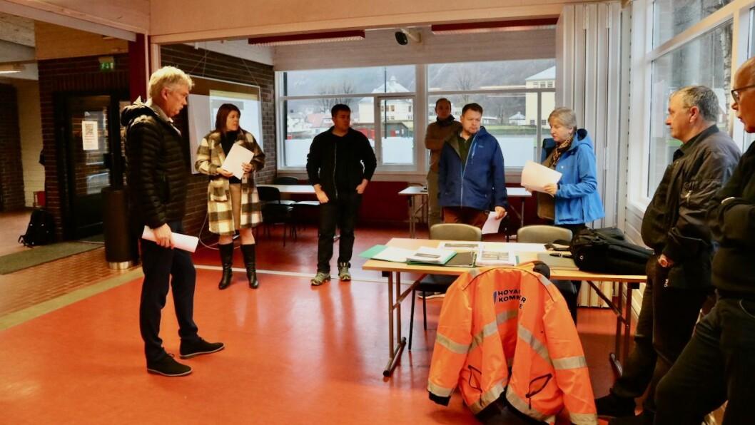 INFORMASJON: Formannskapet fekk blant anna informasjon om tilstanden til lågbygget under synfaringa i Høyangerhallen.