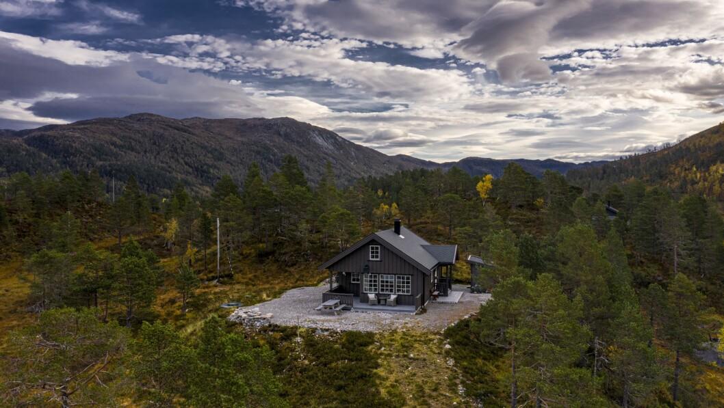 SELD: Denne hytta med postadresse Vadheim gjekk for 1,6 millionar og er éin av fire selde eigedomar i Høyanger den siste tida.