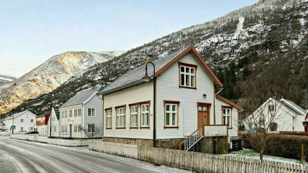 MIDT I LÆRDAL SENTRUM: Øyragata 62 har både hage og gode parkeringsmuligheiter.
