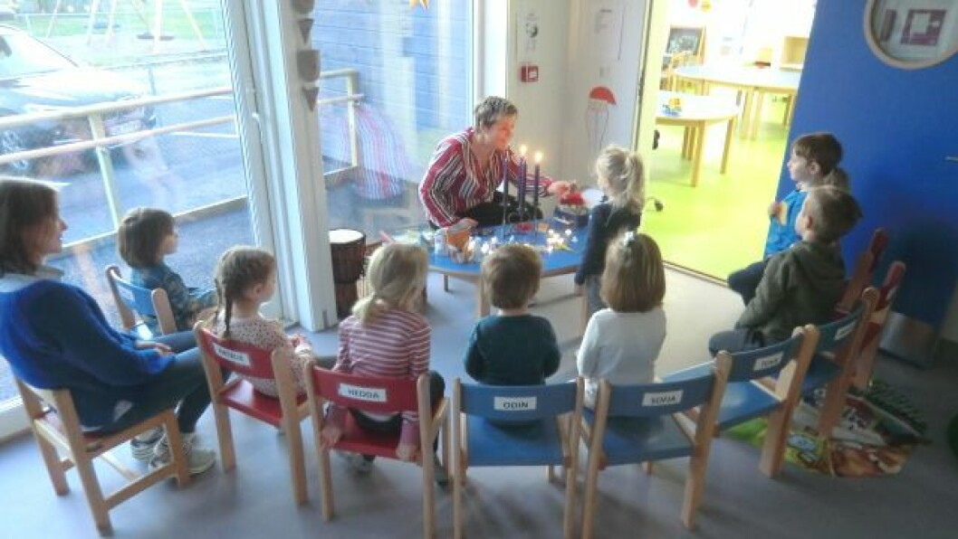 PÅ PLASS: Frå den første samlingstunda i ny barnehage.