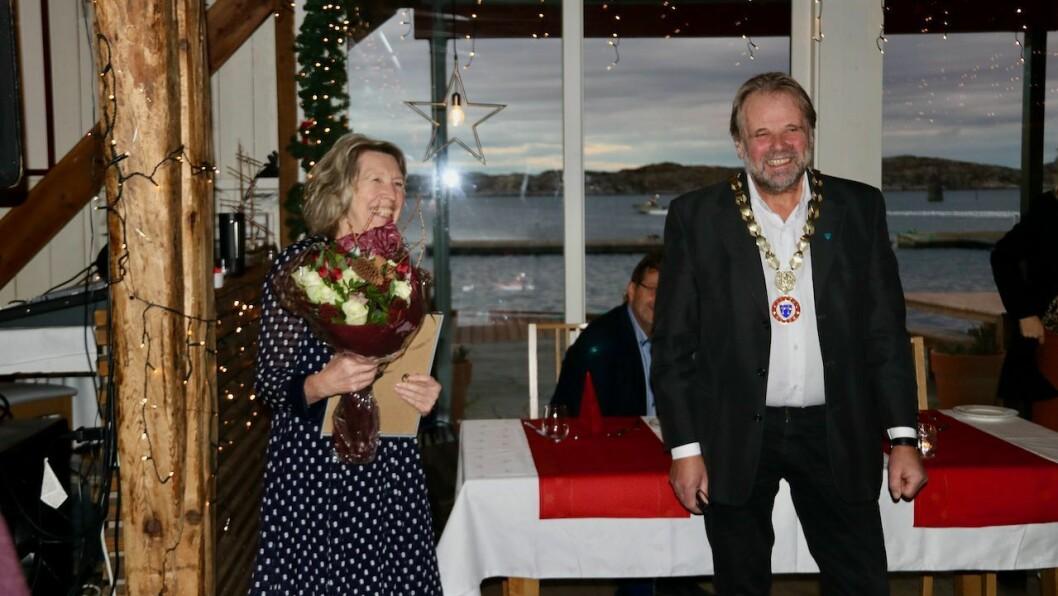 UTDELING: Ordførar Hallvard Oppedal (Sp) delte ut prisen til kommunelege og smittevernlege Anita Pettersen torsdag.