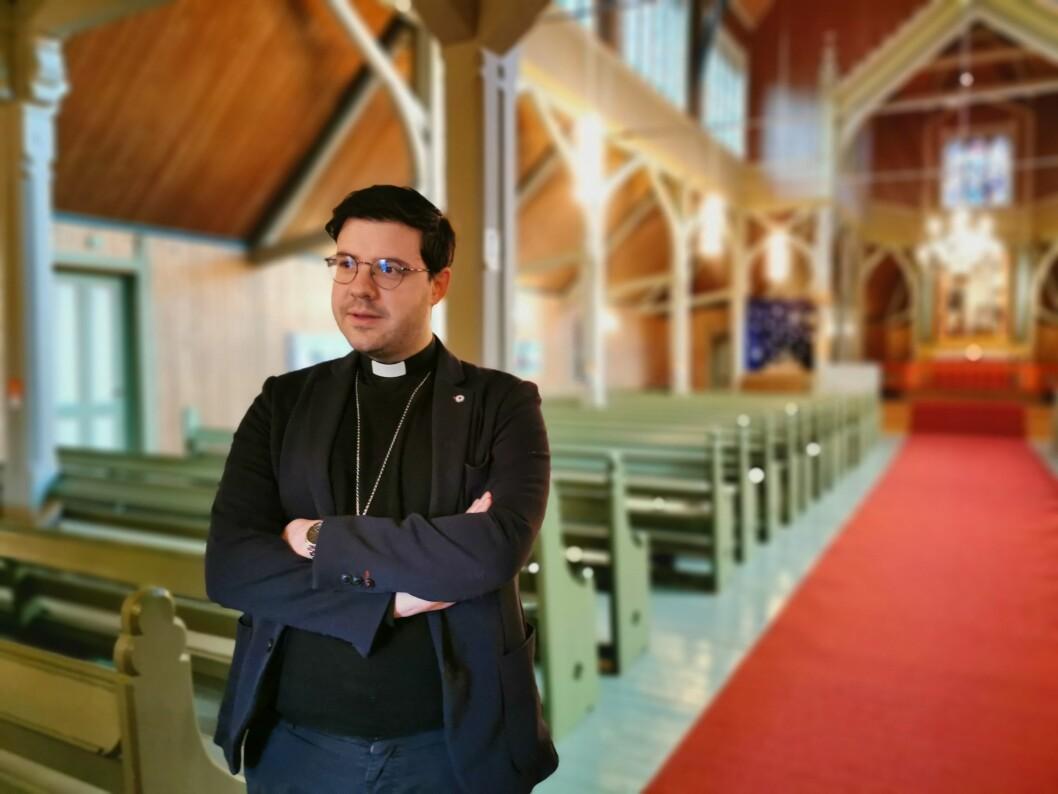 UTFORDRING: Prest i Sogndal Mikael Bruun i Stedje Kyrkje meiner nedgangen for talet på medlemmar i Kyrkja er eit naturleg resultat av ein aukande sekularisering i samfunnet.