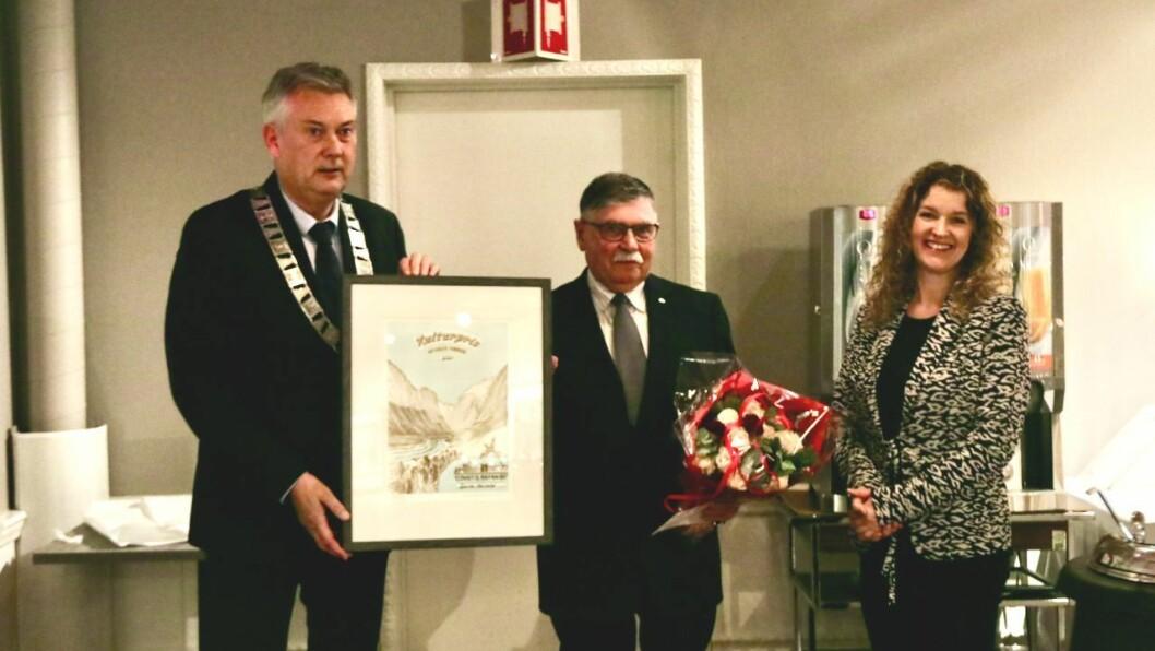 VINNAR: Bjarne Hellebø (midten) fekk årets kulturpris. Ordførar Petter Sortland (t.v.) og kultursjef Anita Nordheim (t.h.) delte ut prisen.