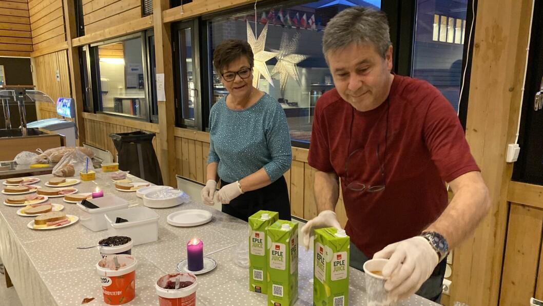 TIDLEG PÅ: Kantineansvarleg Margot Kvam og miljøkordinator Helge Øren steller gladeleg i stand frukost til elevane i Årdal.