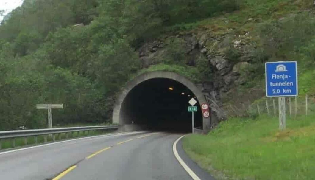 STENGD: Brannvesen sjekkar ut tunnelen no.