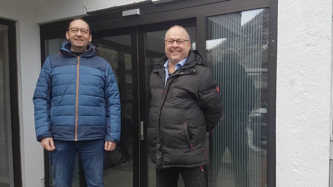 SATSAR PÅ E-SPORT: Styreleiar i Årdal E-Sport Kai Wigum (t.v.) og rektor ved Årdal VgS Geir Kjetil Øvstetun (t.h.)