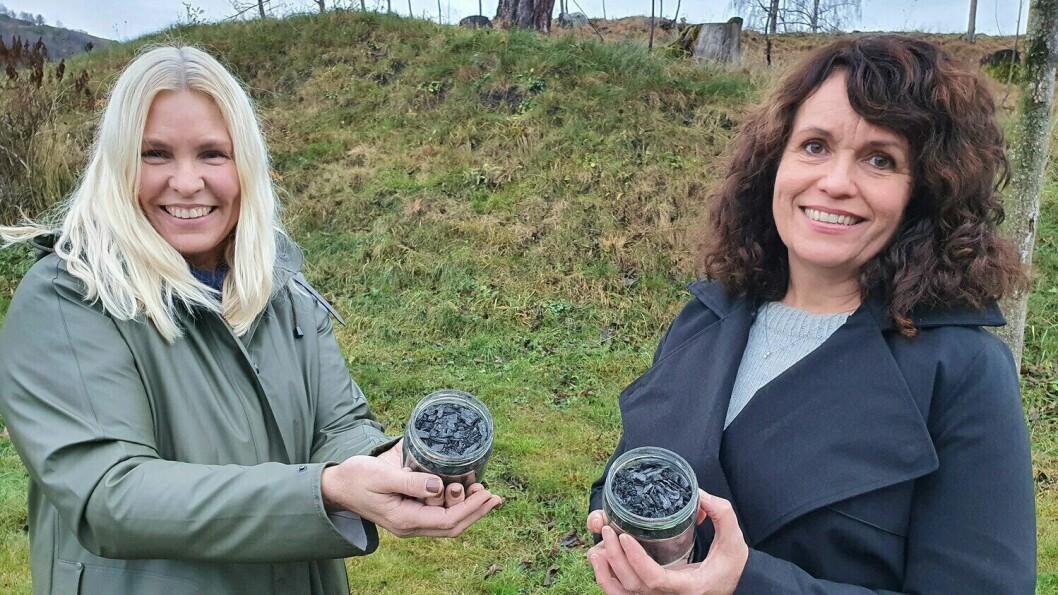Torunn Hønsi ved Vestlandsforsking(t.v) og Dagny Ugulsvik Alvik i SIMAS vil prøva å gjera klimarekneskapen betre ved å produsera biokol av bioavfall.