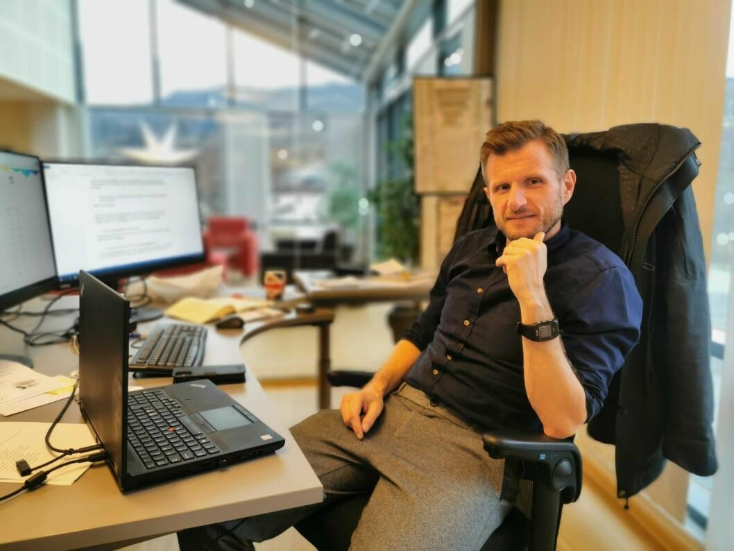 NYE PLANAR: Redaktør i Sogn Avis, Arve Uglum, meiner det vil vere fordelaktig for avisa å flytte sitt hovudlokale frå Leikanger til Sogndal. Her frå sjefsstolen inne på Saften-bygget i Leikanger.