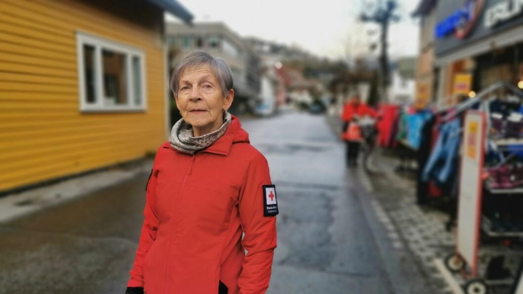 PÅ TILBODSSIDA: Leiar Eikum Tang i Røde Kors omsorg i Sogndal, er blandt dei mange bidragsytarane som skal gje familier med dårlegare økonomi, eit lite pusterom i jula.