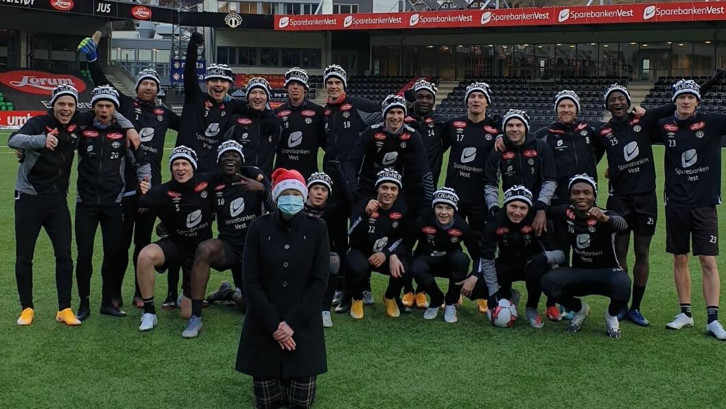 SUPPORTARHUE: På berre nokre veker trylla Siri Andersen fram 35 huer til spelarane på Sogndal, og dei som jobbar i Sogndal Fotball.