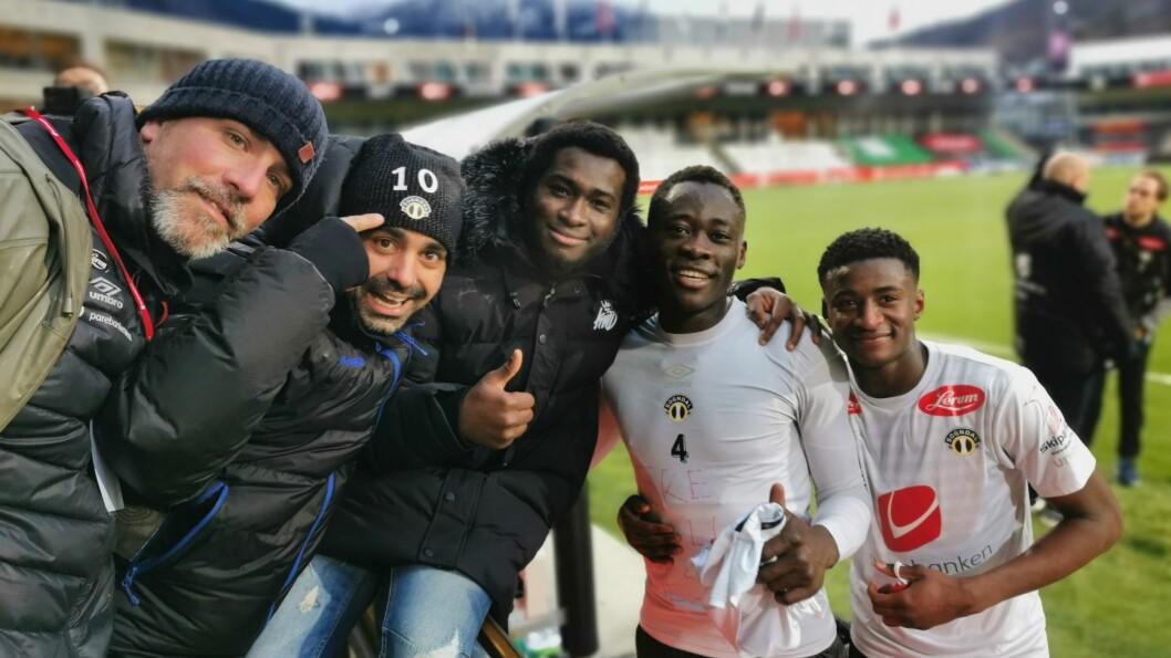 EMOSJONELT : Både Jerome Akor Adams og Alioune Ndour hadde grunn til å feire med fansen etter kampen. For Adams gjorde sigersmålet ekstra godt med tanke på sesongen han har lagt bak seg.