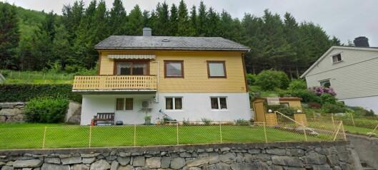 Seks hus har skifta eigarar. Dette gule huset i Vadheim er eitt av dei.