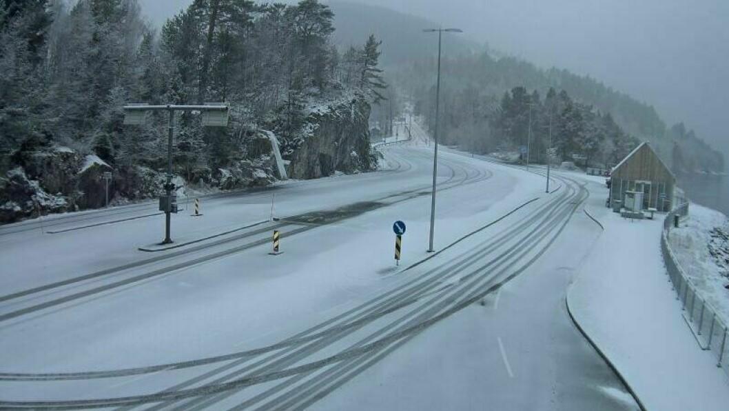 VINTERFØRE: Fleire plassar i regionen har fått snø i natt. Her frå Dragsvik ferjekai laurdag morgon.