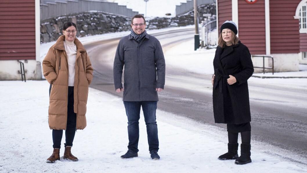 MEDIEHUS: Stig Hovlandsdal Øvreås (midten) i Finurlig dannar mediehus i Høyanger saman med avisa Ytre Sogn. Til venstre redaktør May Britt Eide og til høgre dagleg leiar i Ytre Sogn Marianne Taule.