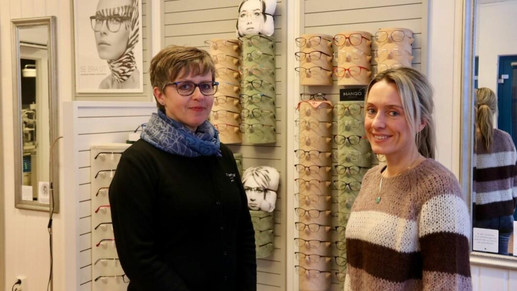 JUBILEUM: Optikar Grethe Dale (t.v.) har drive optikk-verksemd i Høyanger i 25 år i år. Her er ho saman med butikkmedarbeidar Silje-Kathrin Hagen (t.h.)