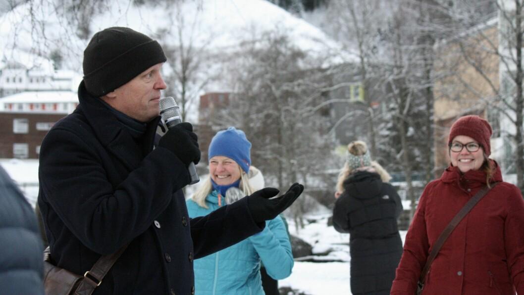 Tettstedsvandring i forbindelse med markeringen av samanslåingen av Leikanger, Sogndal og Balestrand. Gunnar Yttri frå høgskulen visar fram Sogndal
