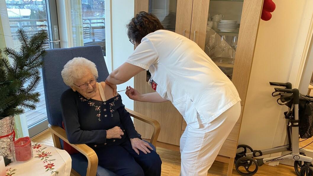 TØFFING: Unni Bjørkum var først ut i Sogndal. Ho syntest ikkje vaksina var vond å ta.