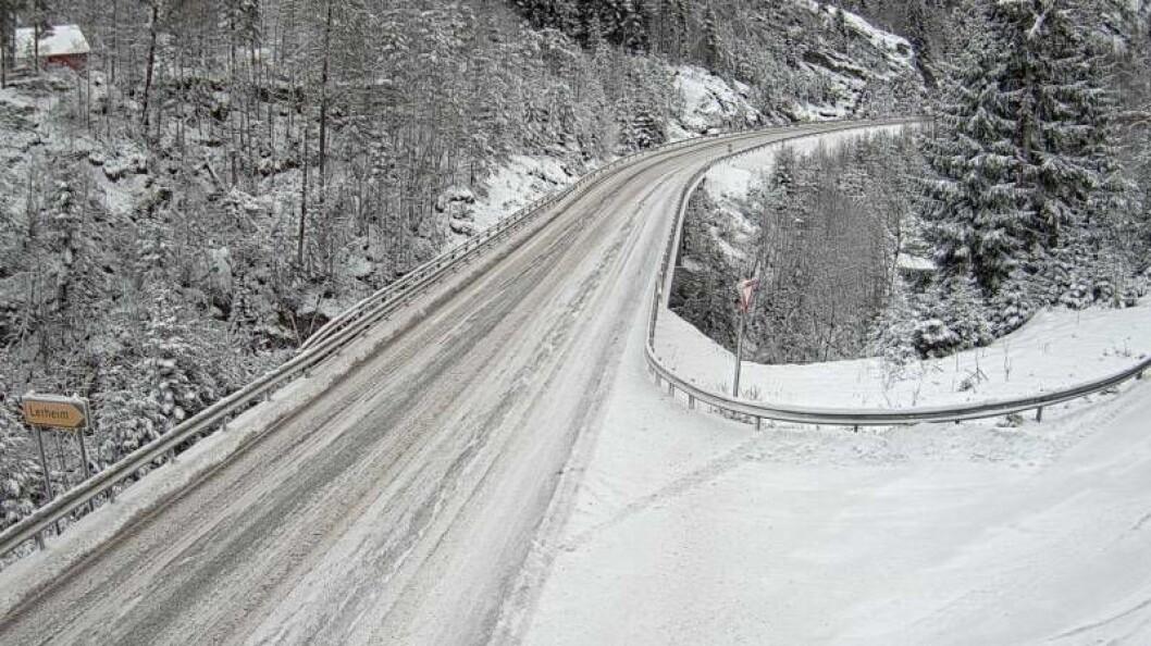 SNØDEKT: Ved avkjørsla til Lerheim på Tylden i Sogndalsdalen er riksveg fem dekka med snø.