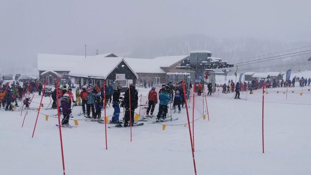 FOLKSOMT: Svært mange ville prøve seg i trekket ved Sogndal skisenter søndag.