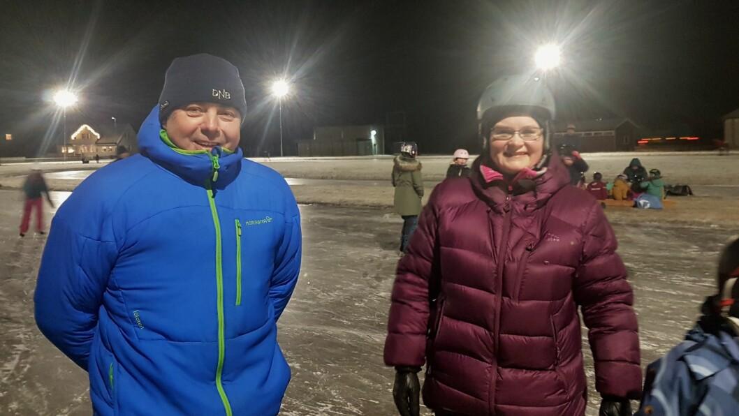 IS: Ordførar i Lærdal, Audun Mo (Ap) (t.v.) og Guro Olsen i Lærdal IL (t.h.) ønskjer begge ei skøytebane, men Mo er uroa for kostnadene ved ei kunstisbane som kan brukast heile vinteren.