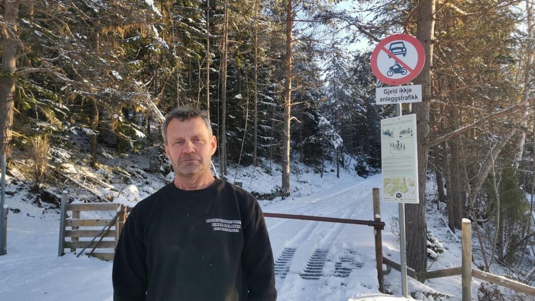 RASANDE: Einar Dalaker, som bur like ved bommen opp mot Gorovegen er svært frustrert over at vegen no tilsynelatande vert stengt for vinteren.