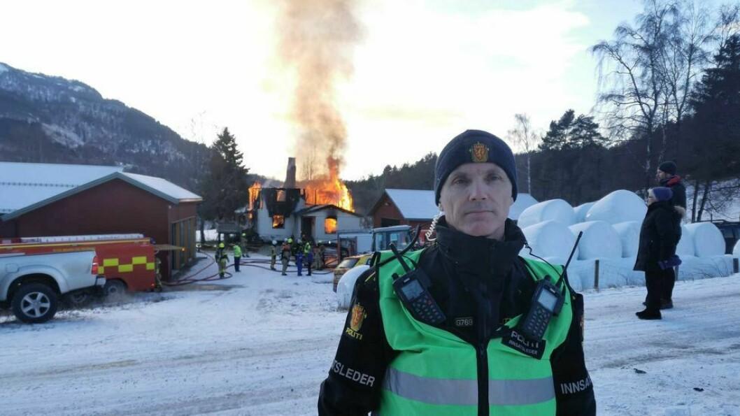 BRANN: Innsatsleiar for politiet på Bruheim på Indre Hafslo, Svein Inge Harberg framfor huset som brann ned den 6. januar.