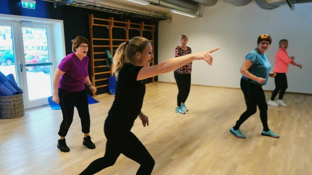 I FULL SVING: Damene på Luster treningssenter gir bånn gass, medan instruktør Jori Skorve visar veg.