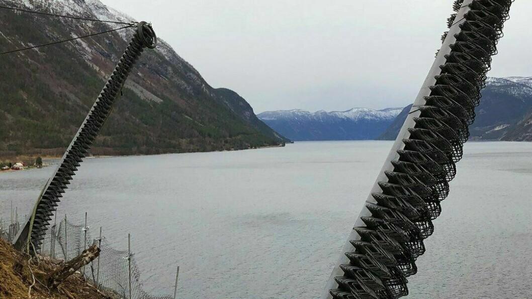 Steinane skal ha løsna og gått rett i fjorden under.