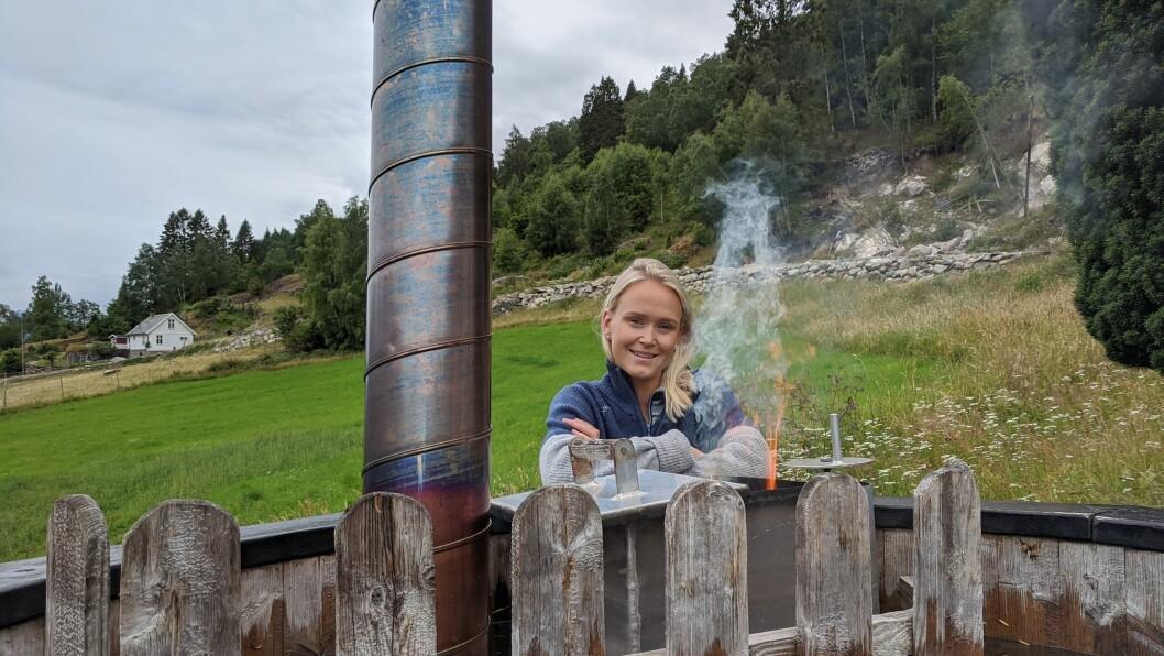 DRIFTIG: Erle Fjøsne Skartun gjorde barndomsdraumen om til røynd. Ho lev av å leige ut einingar til turistar i Luster.