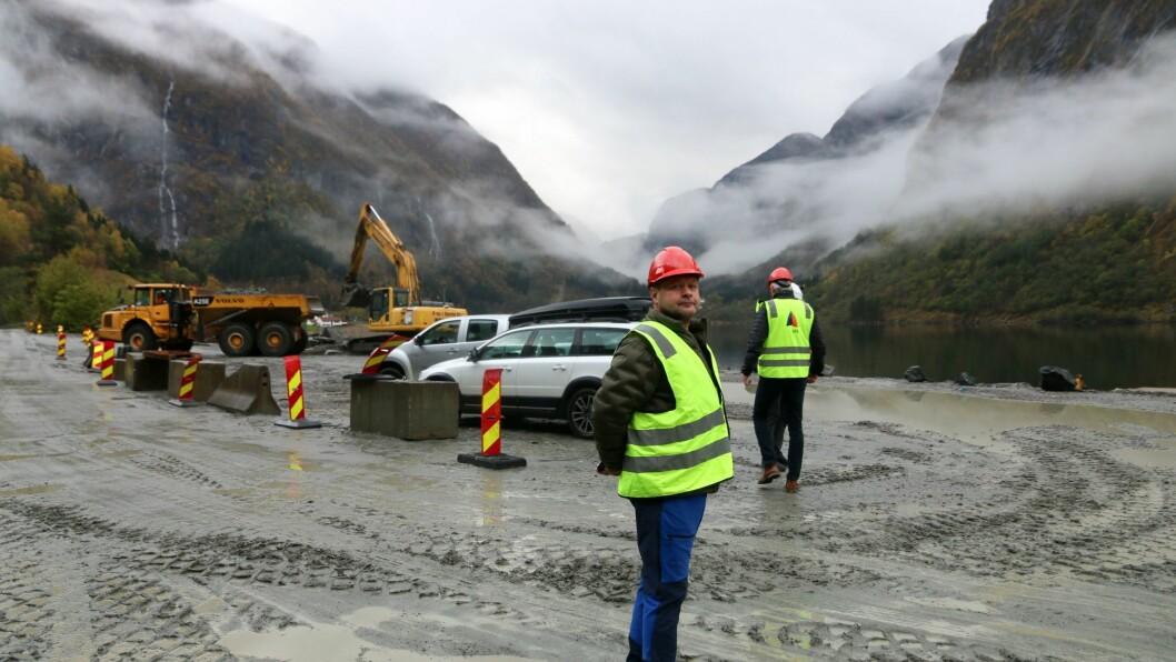 STOLT: Geir Helge Østerbø er grunneigar rett ved kraftverket. Likevel ønskjer han utbygginga velkommen.